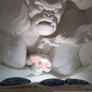 King Kong -veistos Kemin Lumilinnan lumihotellissa.