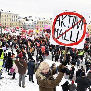 Aktiivimallin vastainen mielenosoitus Helsingin Senaatintorilla.