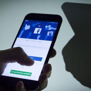 Facebook applikaatio auki puhelimessa.
