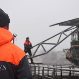 Museoalus Sigyn kuoriutuu talvikatteestaan ja valmistautuu lyhyeen merimatkaan telakalle kunnostettavaksi.