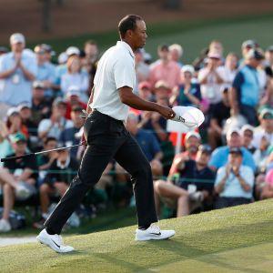 Tiger Woods kävelee kentällä.
