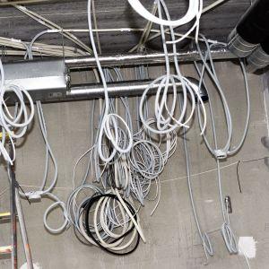 Kesken jäänet sähkötytöt työmaalla.