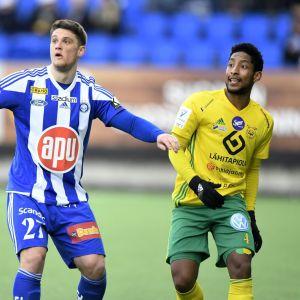 HJKn kaksi maalia tehnyt Filip Valencic ja Ilveksen Felipe Aspegren jalkapallon Veikkausliigan ottelussa HJK vastaan Ilves Helsingissä sunnuntaina 8. huhtikuuta 2018.