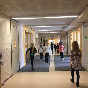 Lapsia koulun käytävällä