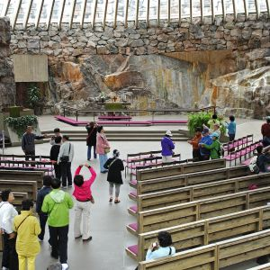 Turisteja Temppeliaukion kirkossa helsingissä.