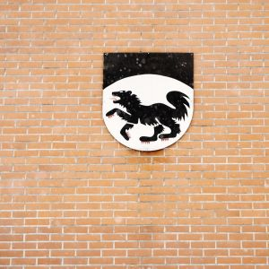 Vaakuna Kittilän kunnantalon seinässä.