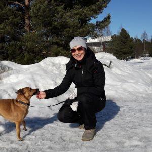 Janika Mäenpää ja Iines Suntin varrella lähellä paikkaa, missä hangelle sirotellut makkaranpalat herättivät Mäenpään epäilyn.