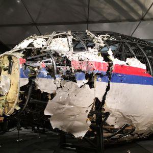 Malaysia Airlinesin lento 17 rekonstruktio koottuna koneen läytyneistä palasista.
