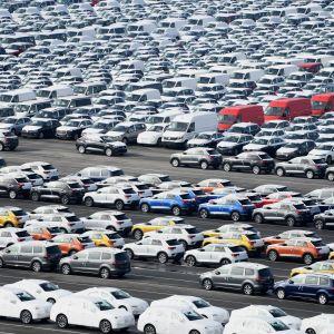 Autoja odottamassa lastausta Volkswagenin tehtaalla Emdenissä Saksassa.