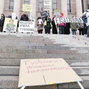 Aktiivimallin vastainen mielenosoitus eduskunnan portailla.