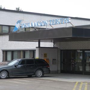 Jokilaakson sairaalan pääsisäänkäynti.