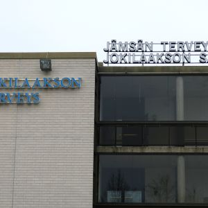 Jokilaakson sairaalan ja terveyden ja Jämsän terveysaseman kyltit sairaalan katolla.
