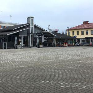 Tyhjä Jämsän tori ja kahvila.