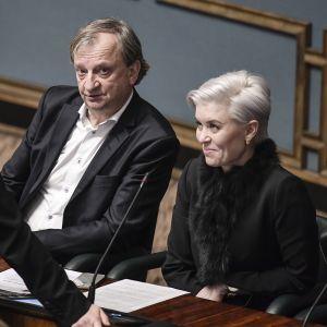 Elina Lepomäki, Harry Harkimo ja Susanna Koski eduskunnan täysistunnossa