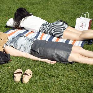 hmisiä nauttimassa kesäpäivästä Lontoossa.