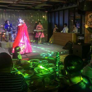 laulaja yhtyeineen lavalla
