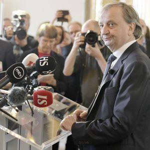 Harry Harkimo tiedotustilaisuudessa eduskunnan valtiosalissa Helsingissä