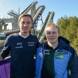 Lauri Hakola (oik.) on todennäköisesti Andreas Mitterin (vas.) seuraaja Suomen mäkijoukkueen valmentajana.