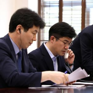 Eteläkorealaiset virkamiehet soittavat uudella puhelinyhteydellä Pohjois-Koreaan.