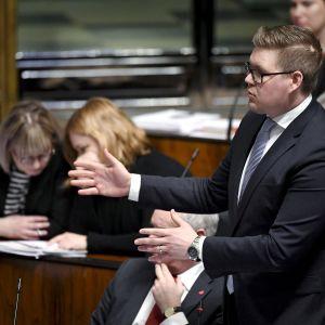 Antti Lindtman eduskunnan suullisella kyselytunnilla Helsingissä.