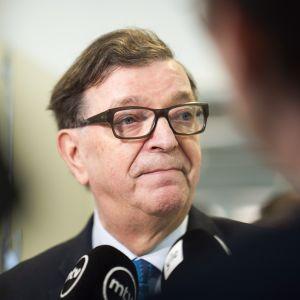 Europarlamentaarikko Paavo Väyrynen puhuu medialle Keskustan puoluevaltuuston vuosikokouksessa Lahdessa lauantaina 21. huhtikuuta.