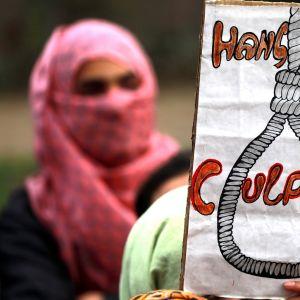 """Kuolemanrangaistusta vaativa juliste mielenosoituksessa Intiassa, tekstinä """"hirttäkää syylliset""""."""