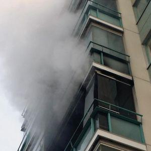 Keravalaisen kerrostalon parvekkeelta tuli voimakasta savua, kun pelastuslaitos saapui paikalle.