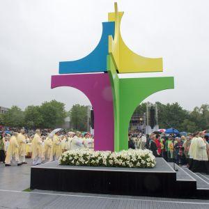 Joukko pappeja kulki tyylitellyn krusifiksin ohi Baijerissa sijaitsevassa Regensburgissa saksankielisten katolilaisten festivaalin aikana toukokuussa 2014.