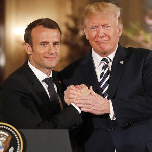 Donald Trump ja Emmanuel Macron kuvattuna Valkoisessa talossa 24. huhtikuuta.