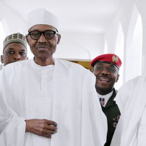 Nigerian presidentti Muhammadu Buhari matkalla rukoushetkeen Abujassa, Nigeriassa.