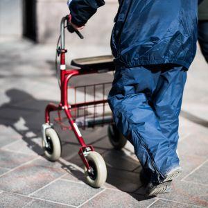 Vanhus kävelee rollaattorin kanssa.