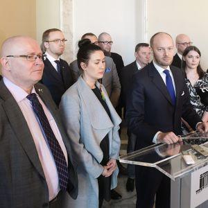 Sinisten puheenjohtaja Sampo Terho (mikrofonin takana kesk.) ja puolehallitus vastaamassa median kysymyksiin puoluehallituksen kokouksen jälkeen eduskunnassa Helsingissä 25. huhtikuuta.