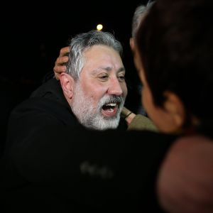 Turkkilaislehti Cumhuriyetin päätoimittaja Murat Sabuncu halasi ystäviään vapauduttuaan vankilasta Istanbulissa maaliskuussa.