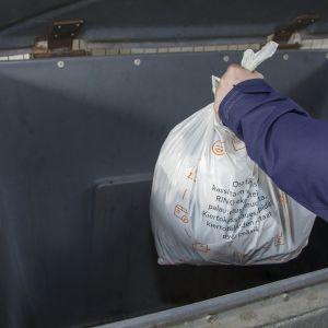 Roskapussi laitetaan roska-astiaan.