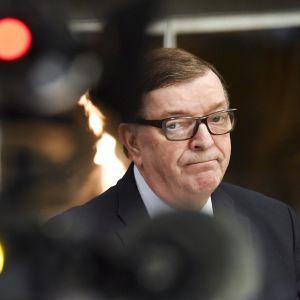 Europarlamentaarikko Paavo Väyrynen kertoi tulevaisuuden suunnitelmistaan tiedotustilaisuudessa Helsingissä keskiviikkona 25. huhtikuuta