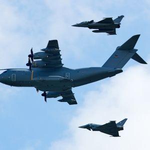 kolme lentokonetta ilmassa