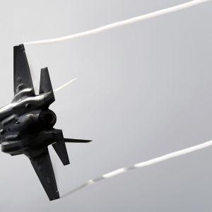 Lockheed Martin F-35 Lightning II lentonäytöksessä Lontoossa heinäkuussa 2016.