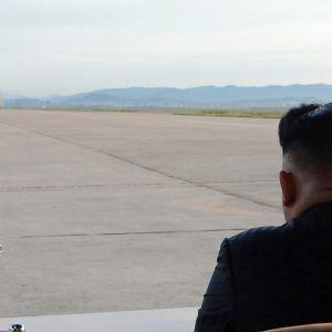 Pohjois-Korean johtaja Kim Jong-un seuraa ohjuskoetta.
