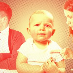 Tyylileltä kuva nuoresta lapsesta jonka ympärillä on hänen isä ja äiti.