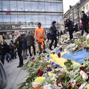 Terrori-iskun uhrien muistoksi jätettyjä kukkia Tukholmassa.