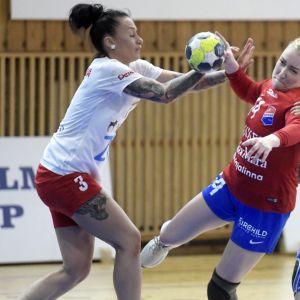 Dickenin Carolina Böckelman sekä HIFKin Anna Vinogradova ja Johanna Hilli (oik.) naisten käsipallon SM-sarjan toisessa  finaalissa.