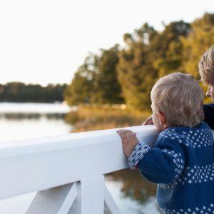 isä ja poika katsovat sillalta merta