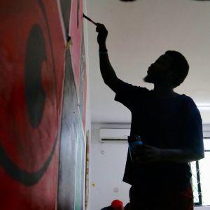 Jacob Bul Anataban-liikkeestä kertoo, että tärkeää on myös motivoida nuoria taiteilijoita. Jos turhautuminen käy liian suureksi, on helppoa mennä mukaan aseistautuneeseen ryhmään.