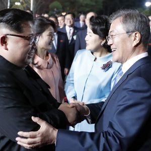 Pohjois-Korean johtaja Kim Jong-un ja Etelä-Korean presidentti Moon Jae-in kättelevät.