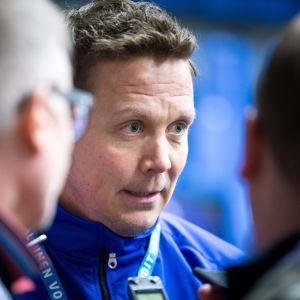 Lauri Marjamäki median tentissä vuoden 2018 jääkiekon MM-kisojen ensimmäisissä harjoituksissa.