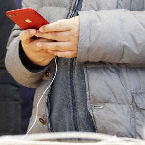 iPhone 7  kuluttajan kädessä.