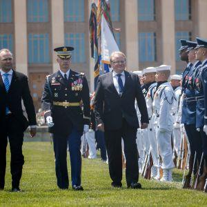Suomen ja Ruotsin puolustusministerit Jussi Niinistö (vasemmalla) ja Peter Hultqvist (oikealla) saivat arvokkaan vastaanoton Pentagonissa.  Kävelevät Yhdysvaltain sotilaiden rivistön ohitse tyytyväisen näköisinä.
