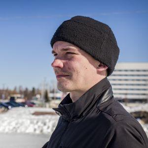 Esa Holappa seisoo Oulun torinrannassa