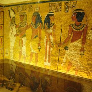 Hautakammio, jonka seinämaalauksessa on luonnollisen kokoisia ihmishahmoja faraoiden Egyptin aikaisissa asuissa.