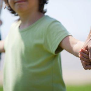 lapsi pitää vanhempia kädestä